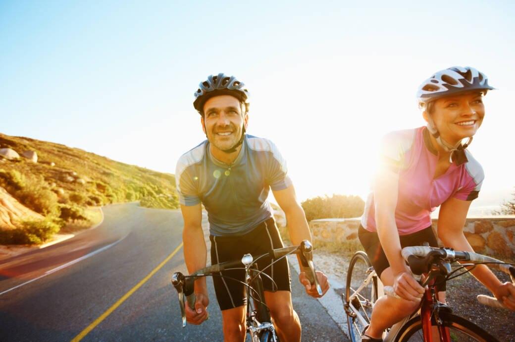 Ein Pärchen bei einer gemeinsamen Radtour