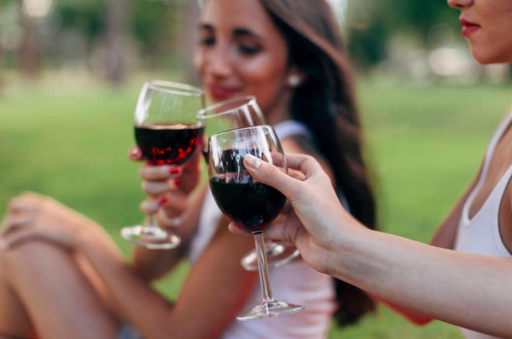 Frauen beim Rotweintrinken