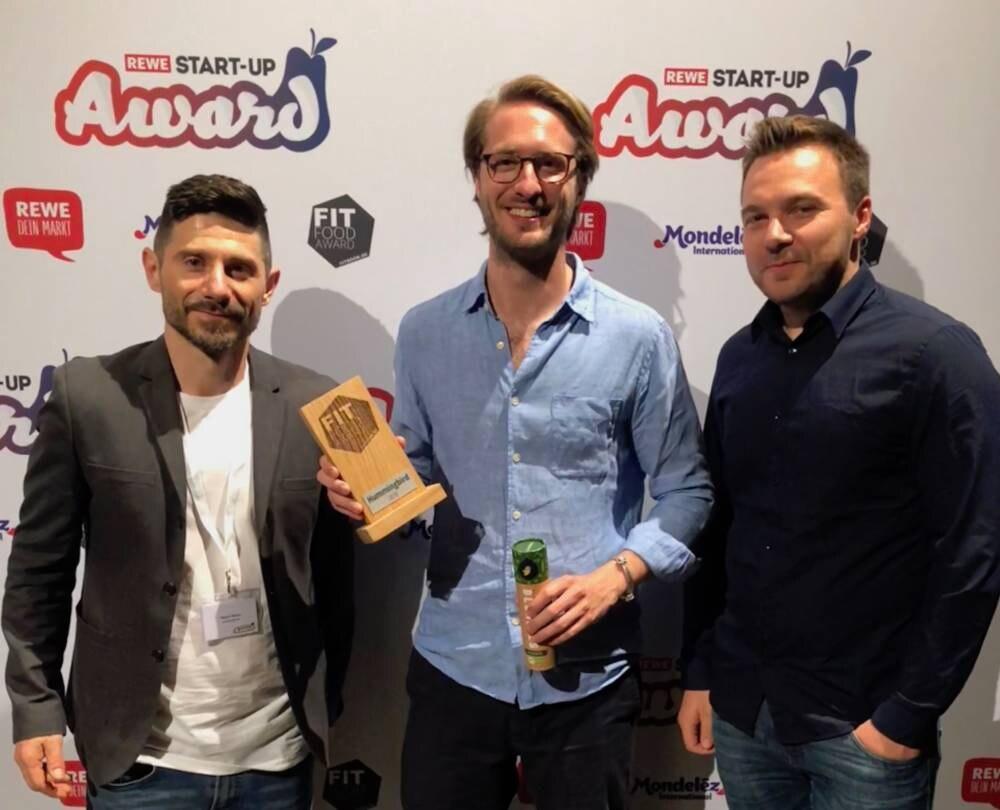 Fitfood-Award-Gewinner Benjamin Seer von Hummingbird (Mitte) mit FITBOOK-Redaktionsleiter Sebastian Kunze (r.) und Nuno Alves, Editorial Director der BOOK-Familie