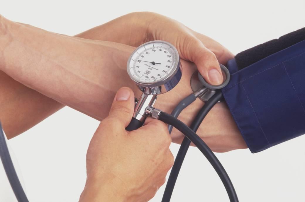 Einer Frau wird der Blutdruck gemessen