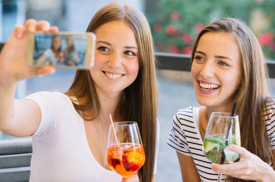 Junge Frauen mit Drinks