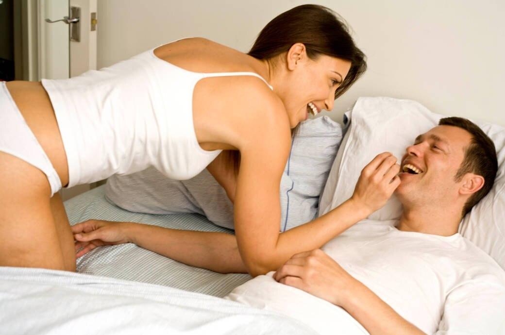 Ein Frau füttert ihren Mann im Bett