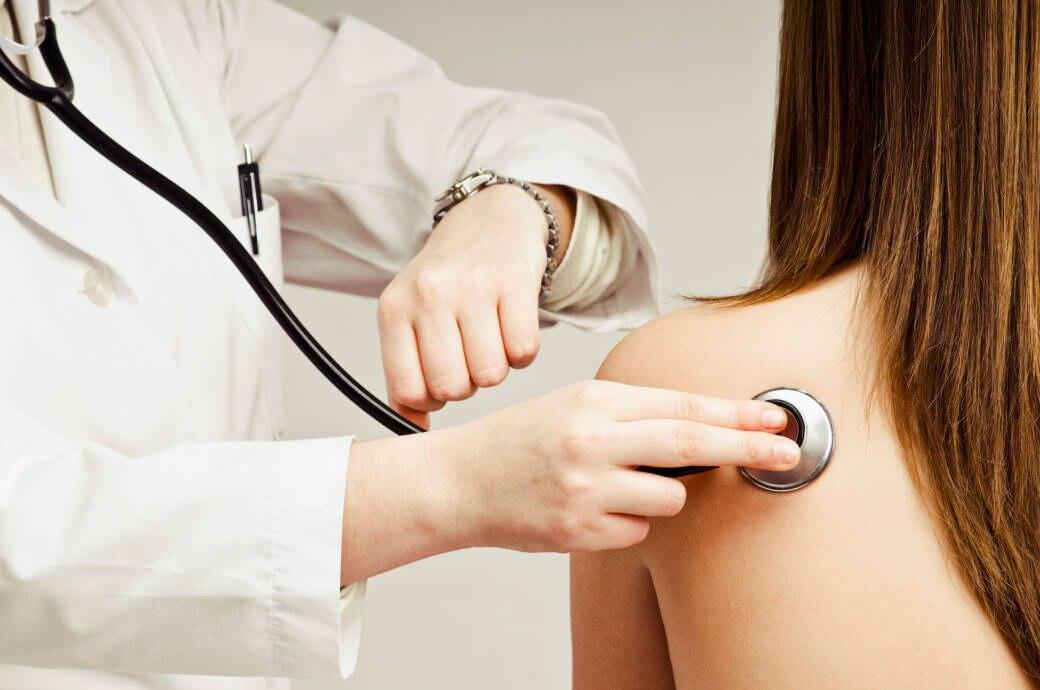 Arzt untersucht Frau mit nackter, attraktiver Schulter