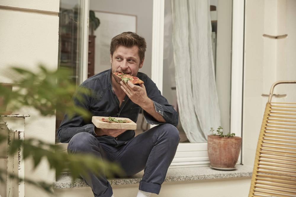 Mann beim Pizzaessen