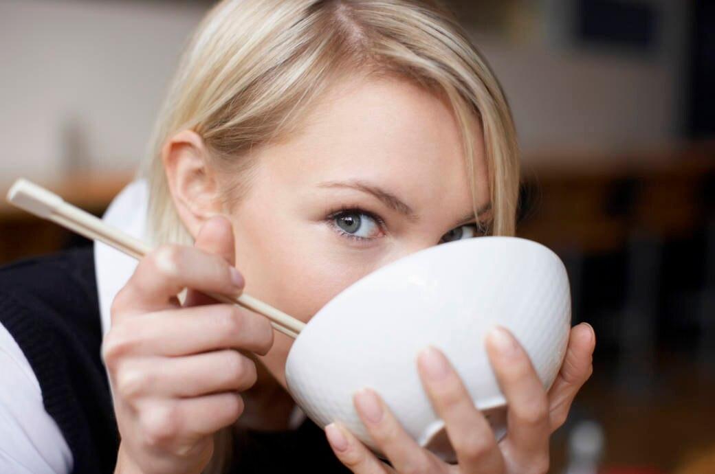 Frau isst eine Suppe