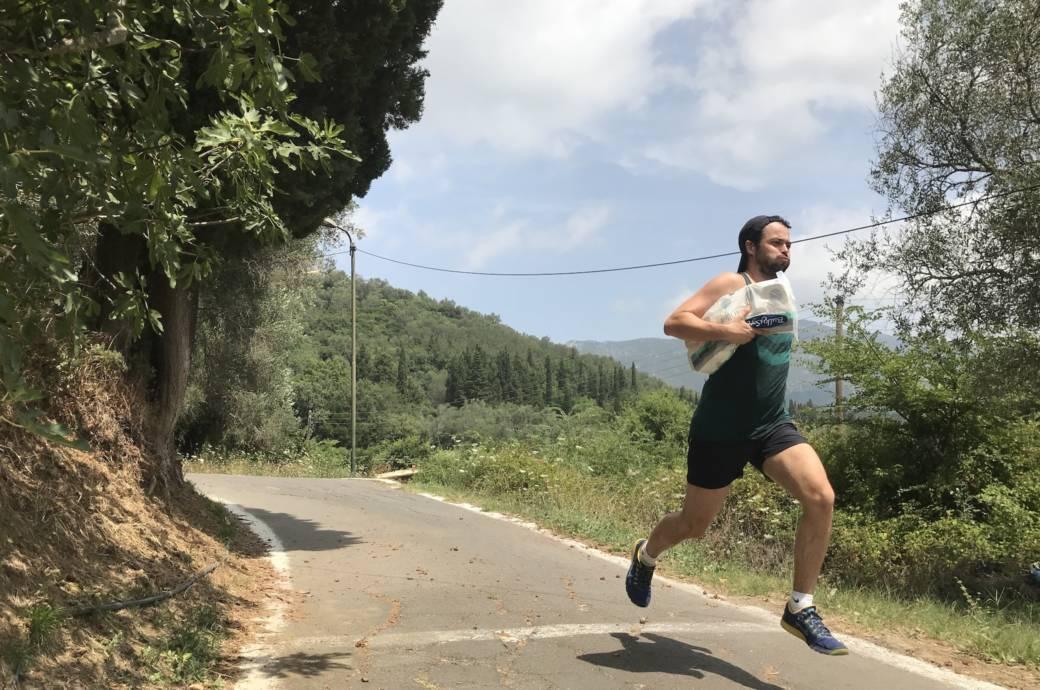 Markus Hofmann beim Sprinten mit Klopapier unter dem Arm