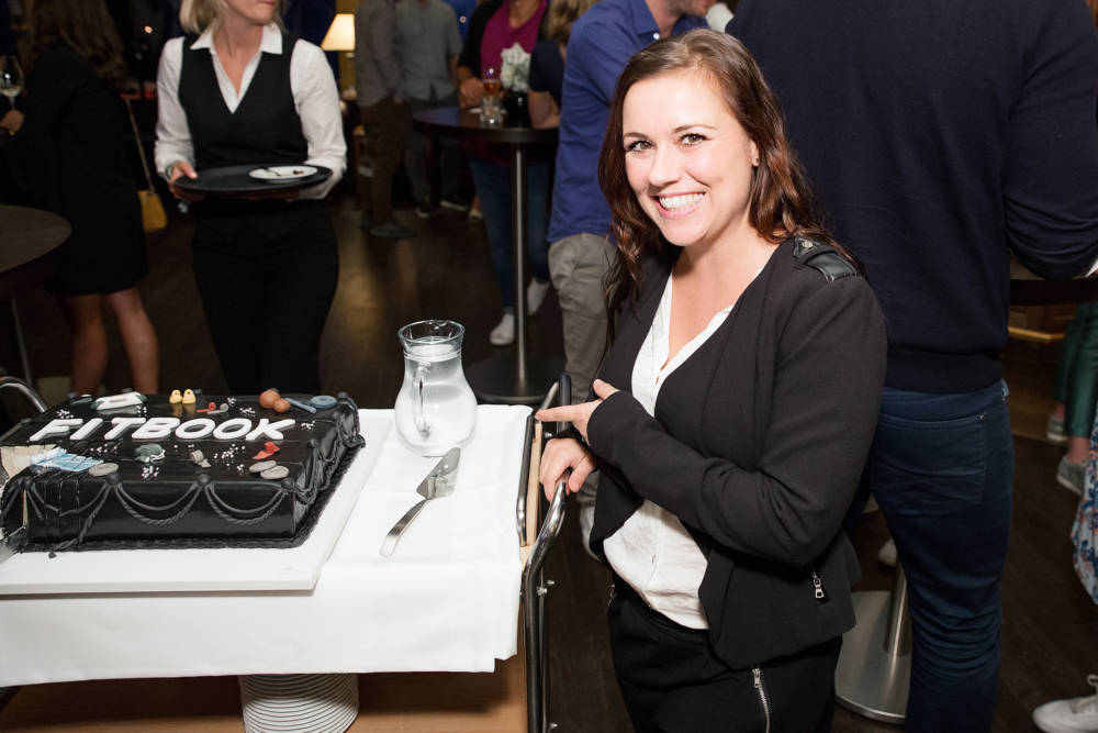 Sarah Tkotsch zeigt auf Kuchen