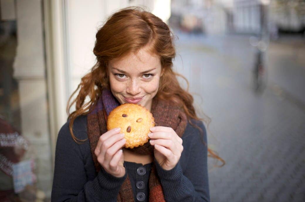 Schöne Frau schaut sich einen Cookie an, sagt dann aber nein, weil sie abnehmen will