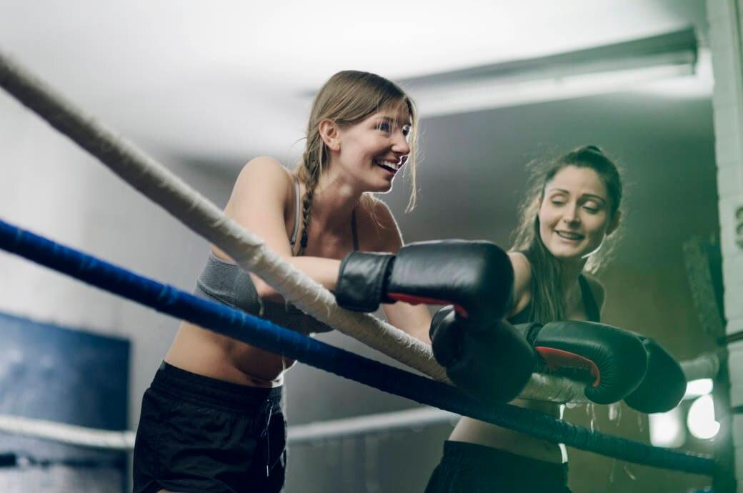 Zwei Frauen beim Boxen