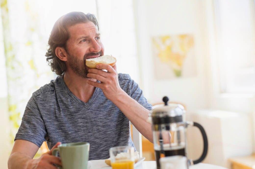 Mann beim Frühstück