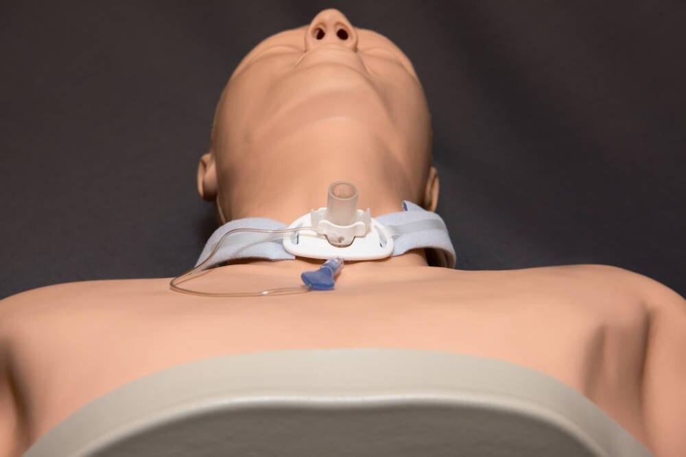 Puppe mit Luftröhrenschnitt