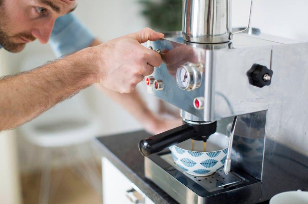 Mann beim Kaffeekochen