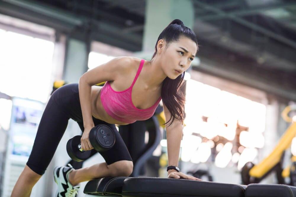 Frau beim Gewichtetraining