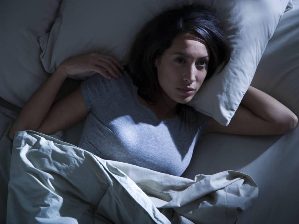 Frau nachts im Bett