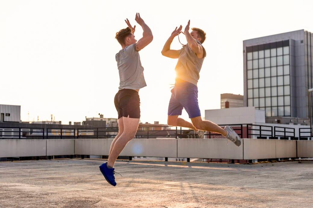 Zwei Männer beim Outdoor-Training