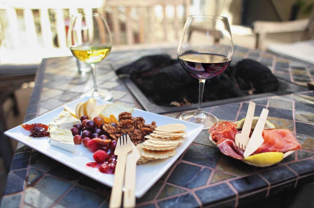Teller mit mediterraner Kost und Wein