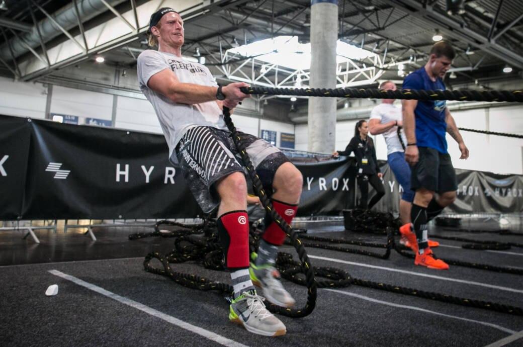 Mann bei einem HYROX-Training