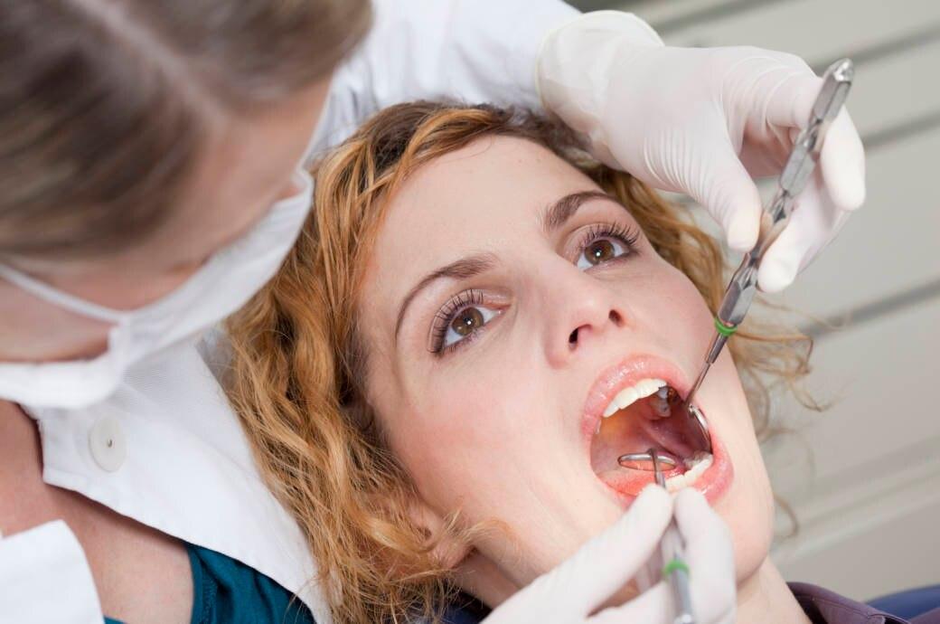 Eine Zahnärztin bei der Kontrolle einer Patientin