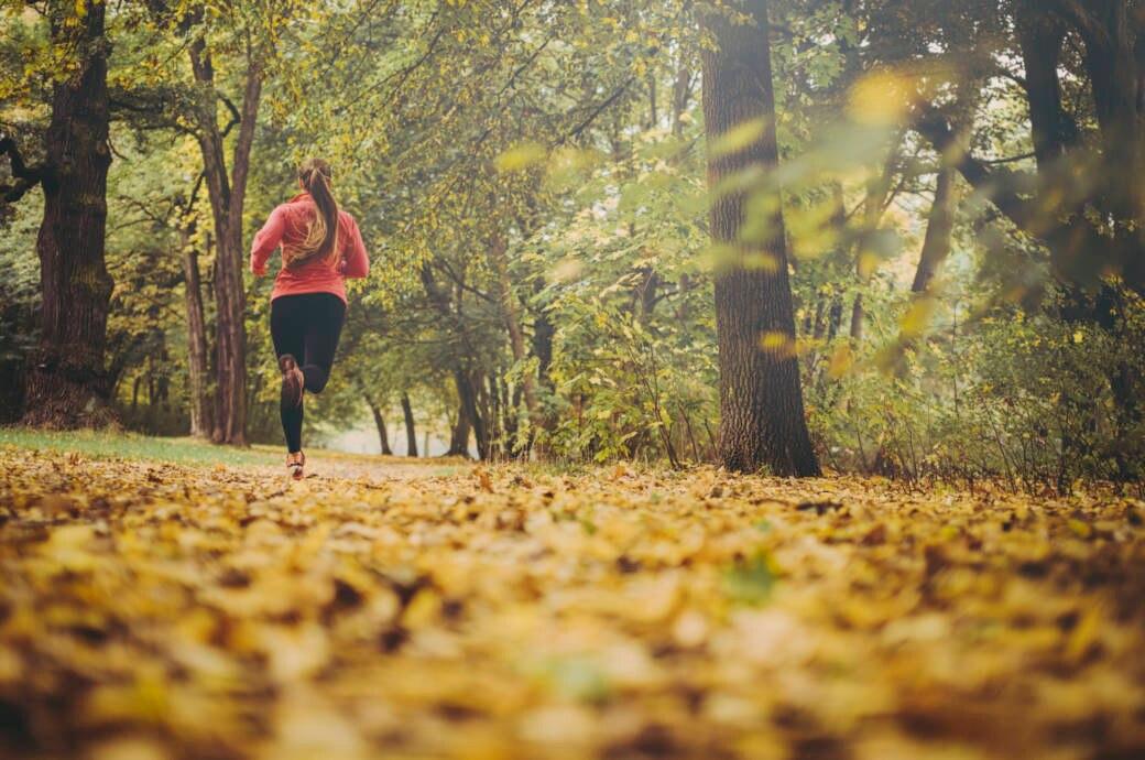 Frau joggt im Herbst