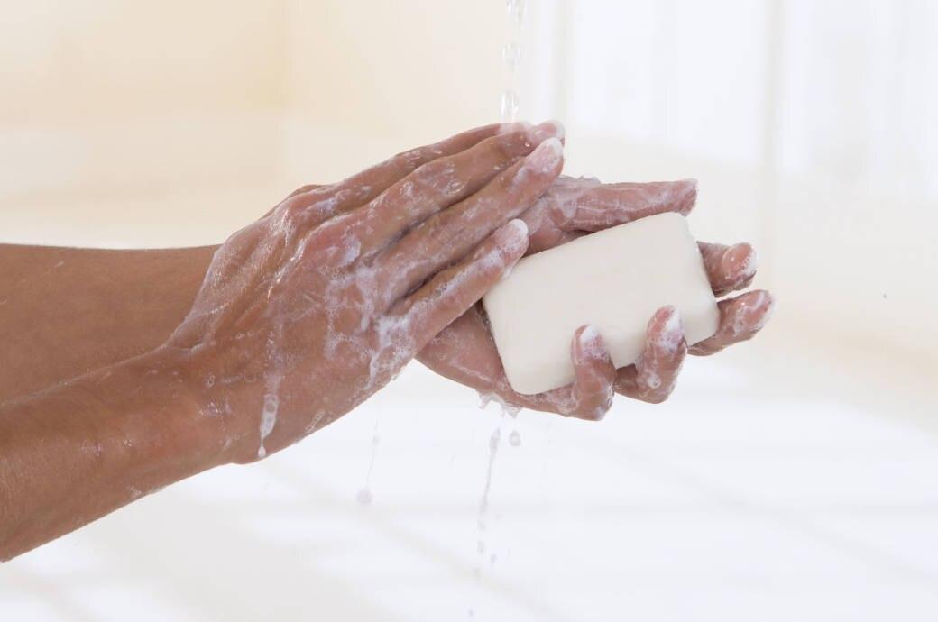 Frauenhand mit Seife