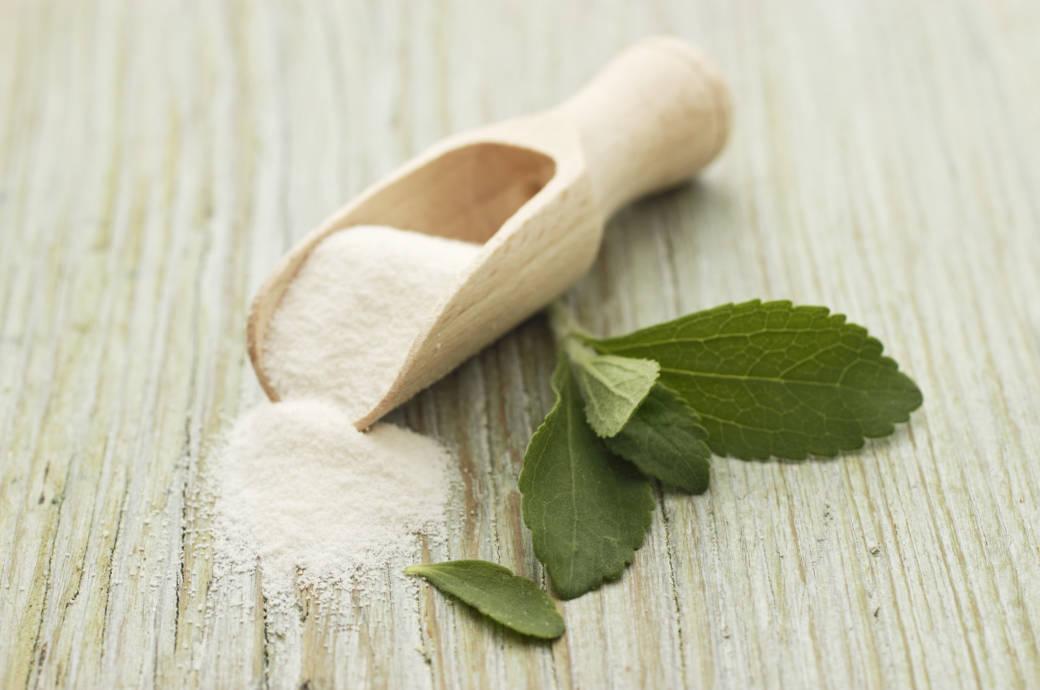 Zucker und etwas Stevia auf einem Tisch