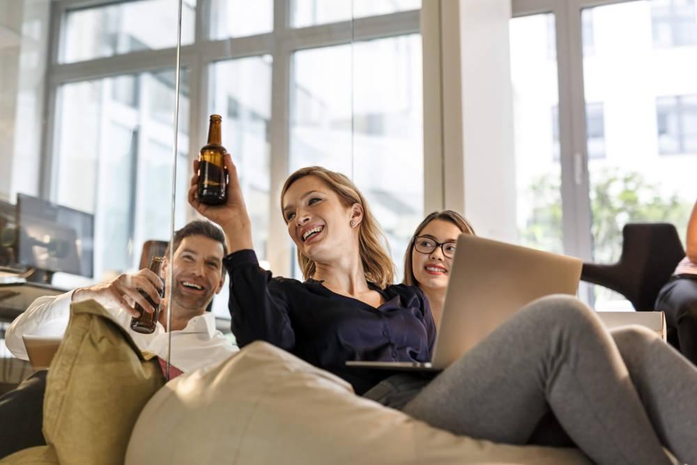 Kollegen beim Biertrinken