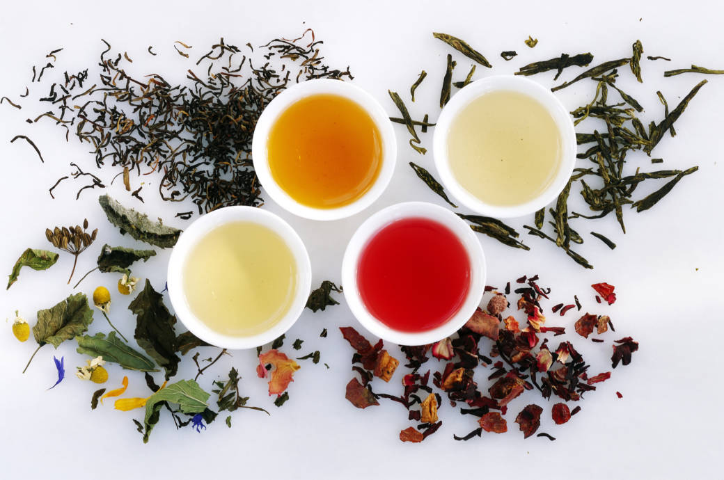 Vier Teesorten auf einem Tisch