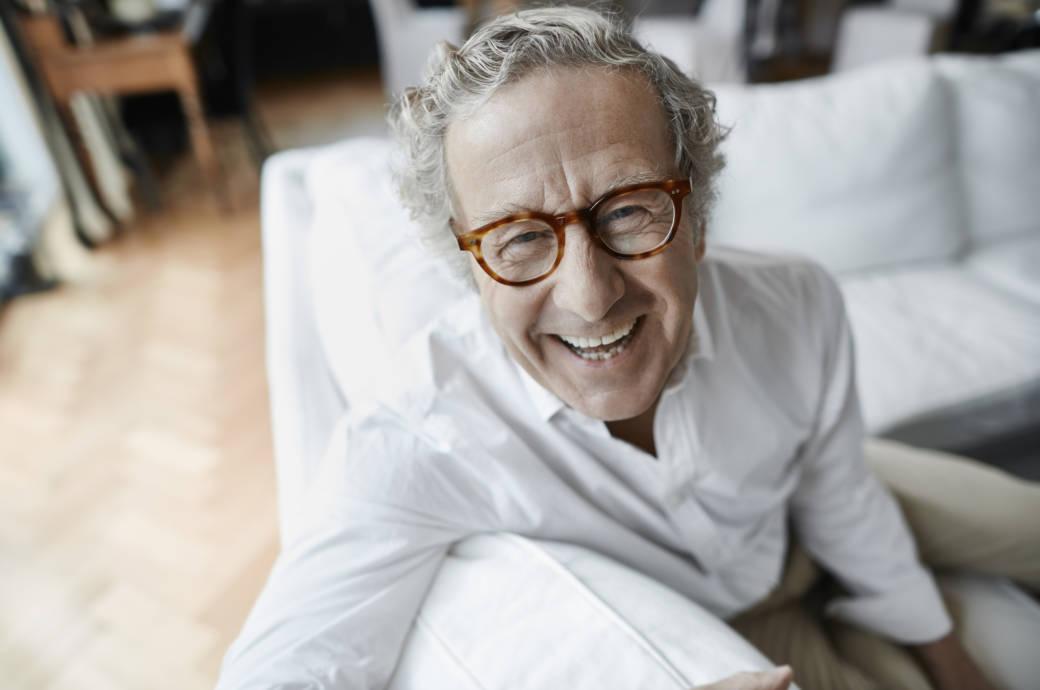 Älterer Mann, der lächelt