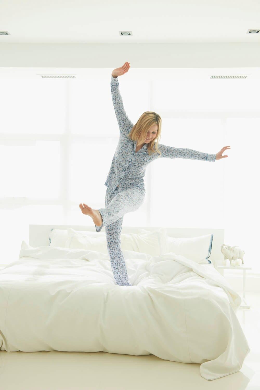 Frau steht im Bett