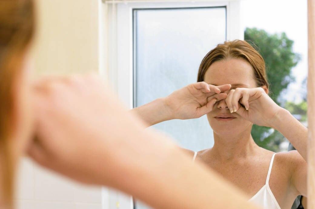 Frau reibt sich die Augen