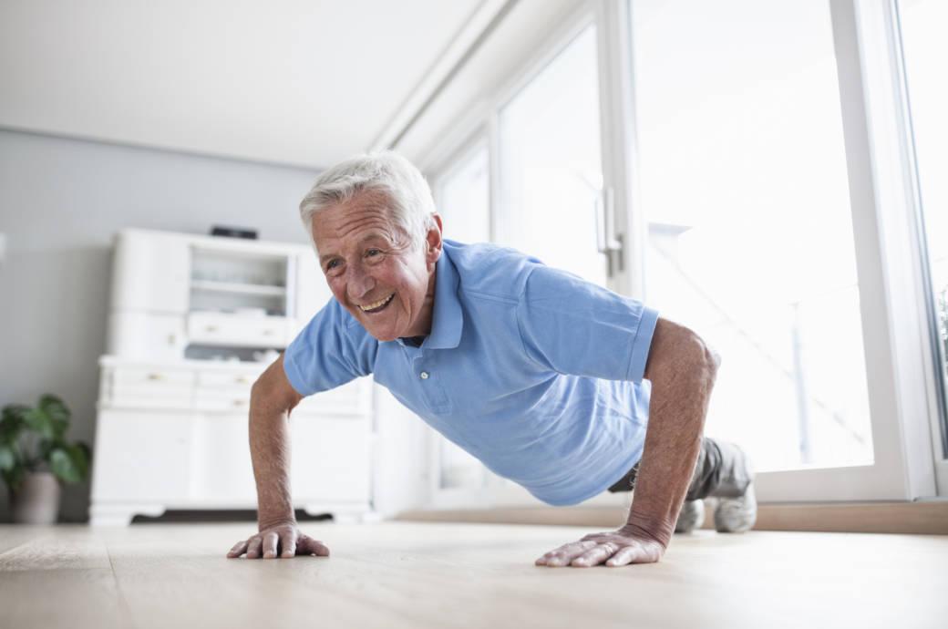 Ein älterer Mann macht Liegestütze