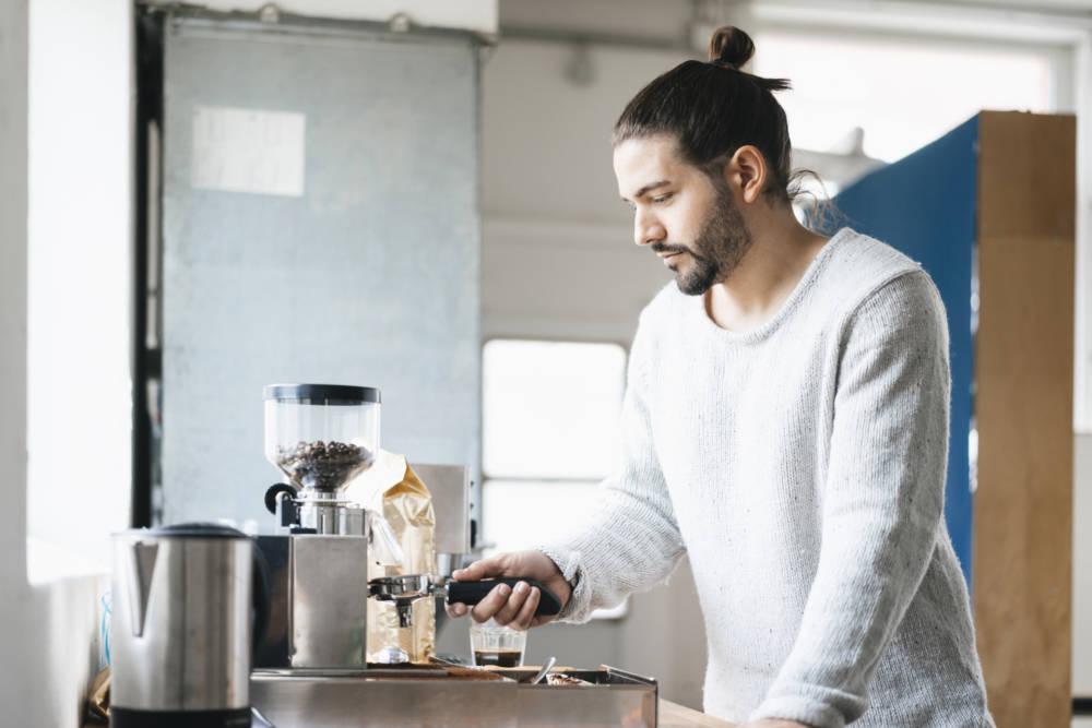 Mann an der Kaffemaschine