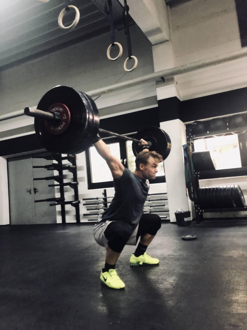CrossFit-Athlet Hendrik Senf beim Stoßen