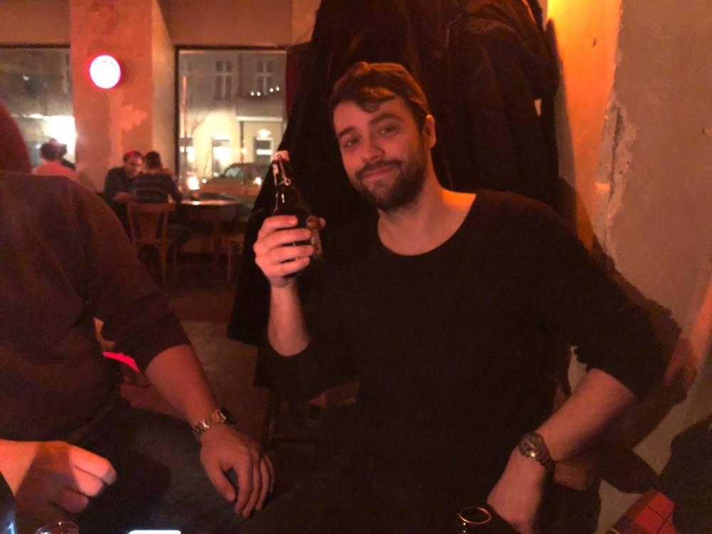 Kolumnist Markus Hofmann mit alkoholfreiem Bier