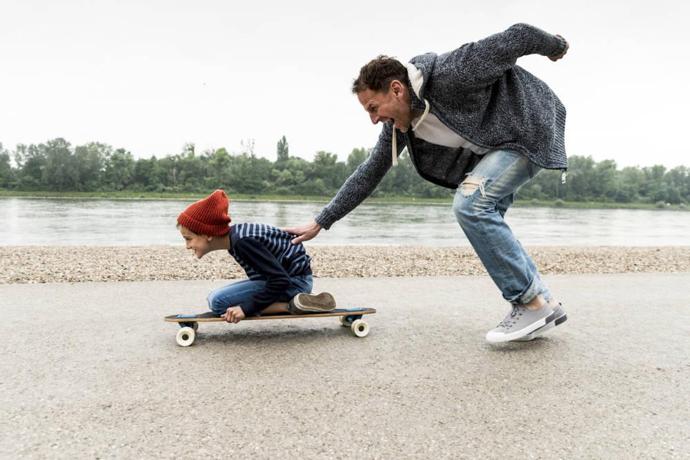 Vater hat Spaß mit seinem Sohn