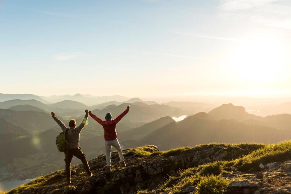 Ein Paar auf dem Berggipfel