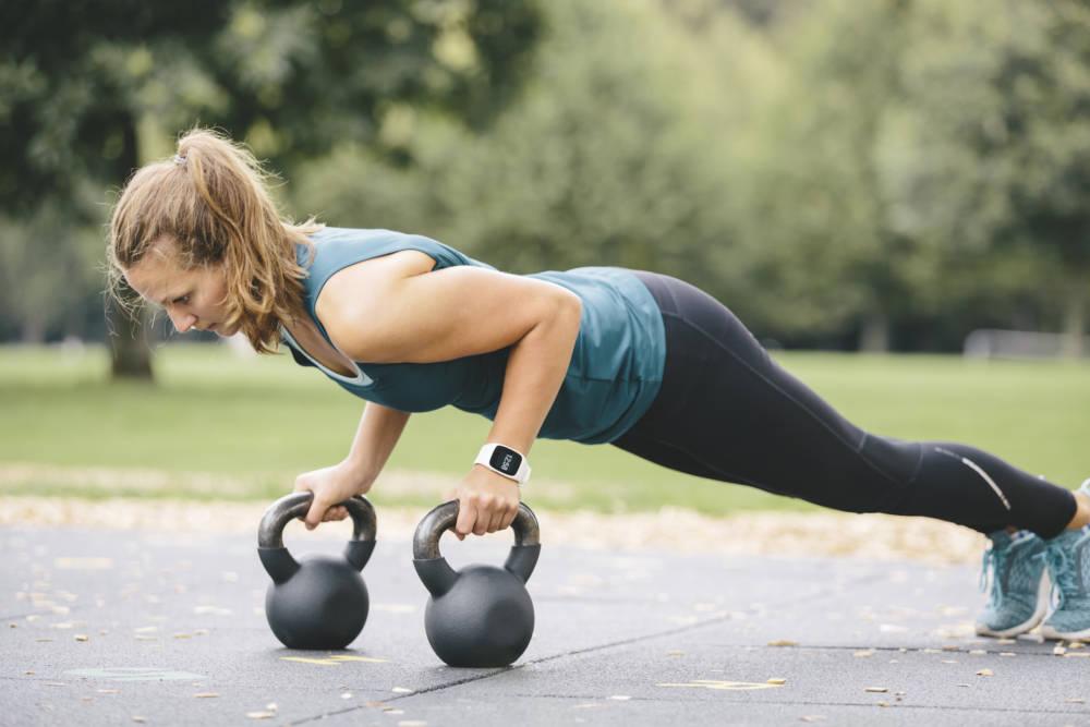 Junge Frau beim Bodyweighttraining