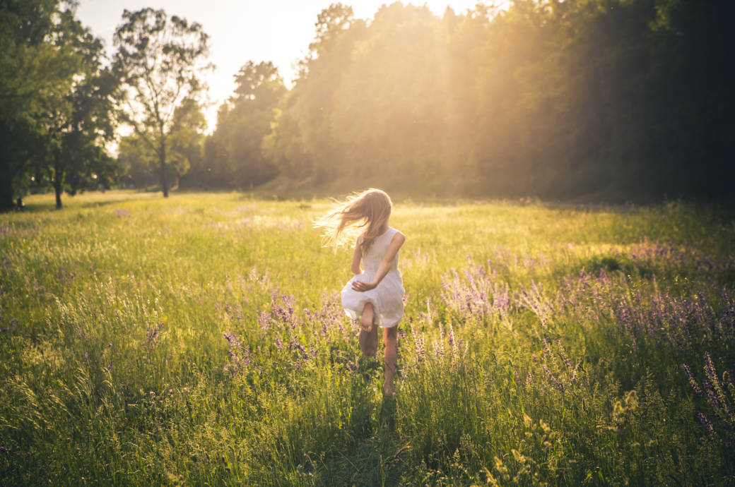 Mädchen in Blumenwiese