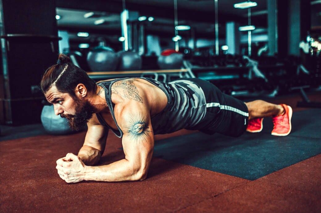Der Core-Bereich gehört häufig zu Vernachlässigten Muskel-Partien: Mann beim Krafttraining