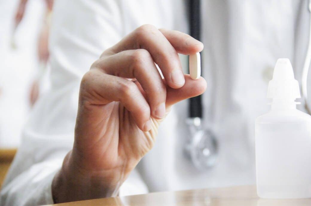 Arzt hält Tablette in der Hand