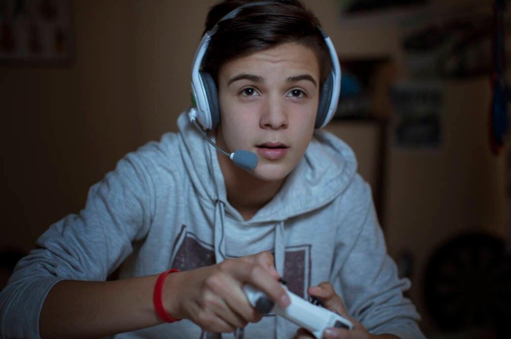 Ein Jugendlicher spielt am Computer