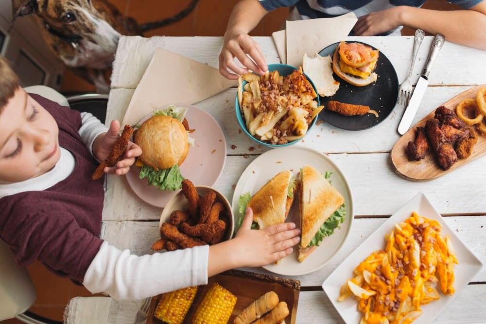 Kinder beim Fastfood essen