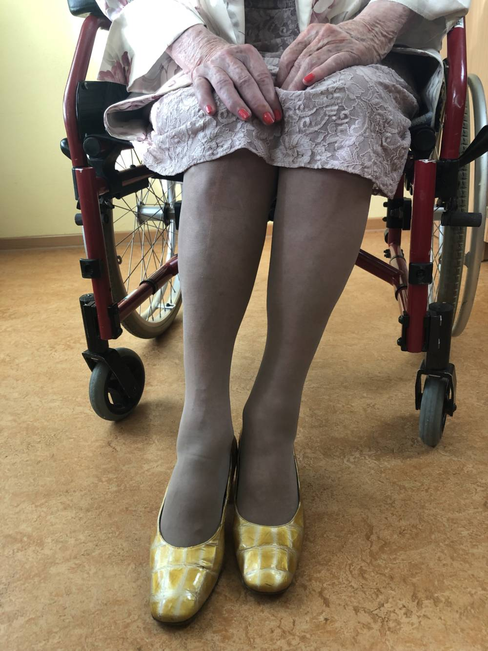 Theresia (Das Geheimnis der 100-Jährigen) sitzt im Rollstuhl