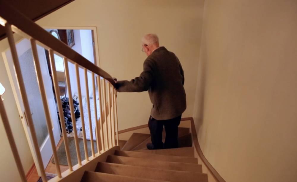 Alfred beim Treppensteigen (Das Geheimnis der 100-Jährigen)