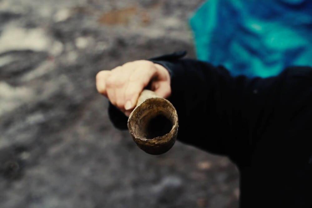 Kuhhorn, das mit Mist gefüllt wird