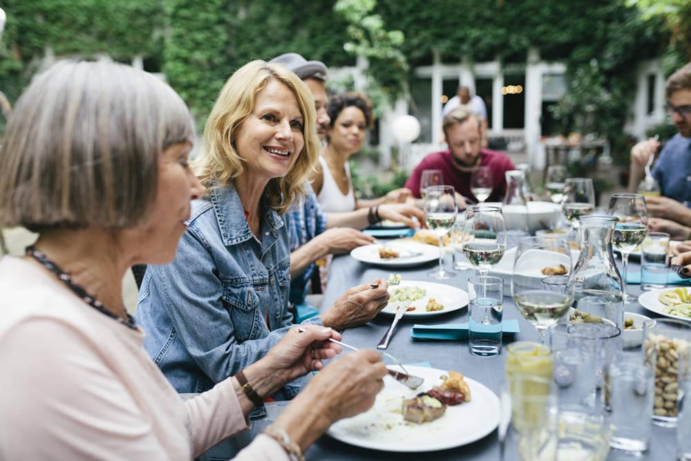Gruppe von Frauen und Männern beim Essen