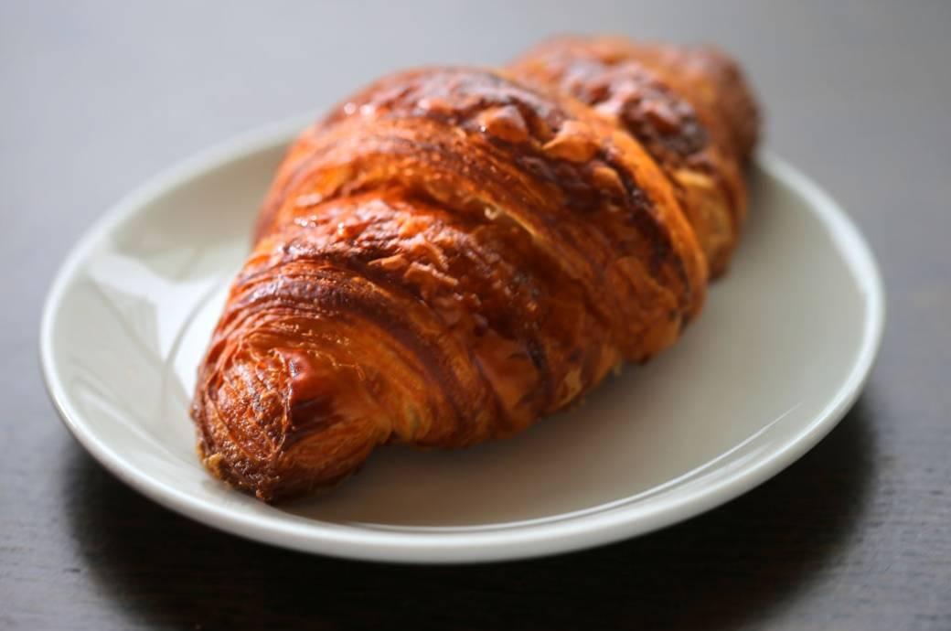 Croissant auf Teller