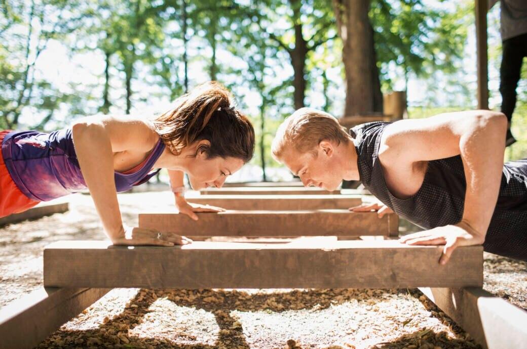 Mann und Frau machen Outdoor-Sport