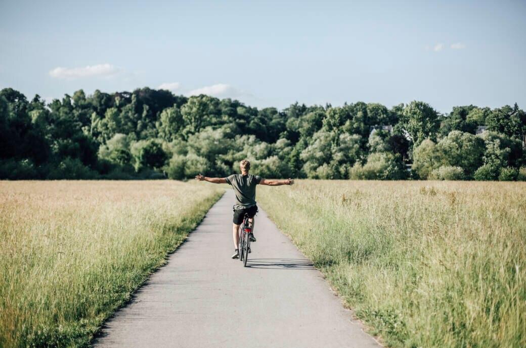 Mann fährt Rad