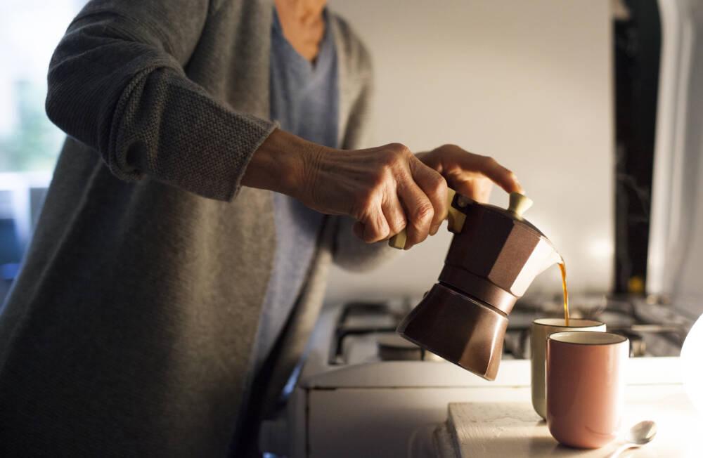 Frau betreitet Kaffee zu